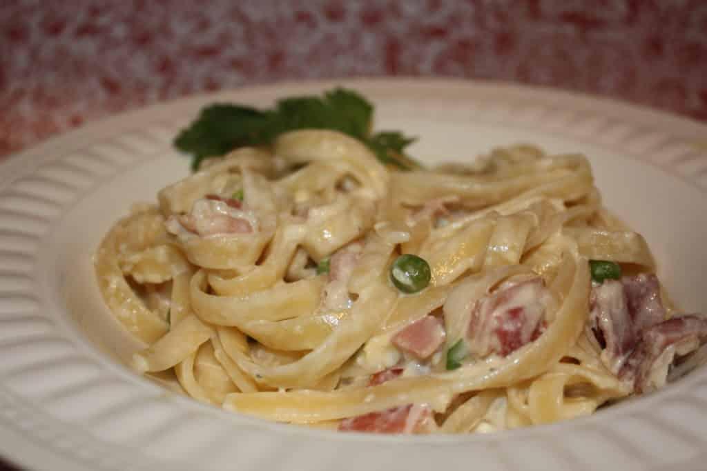 Easy Linguini Carbonara #pasta #linguini #whitesauce | www.thefoodieaffair.com