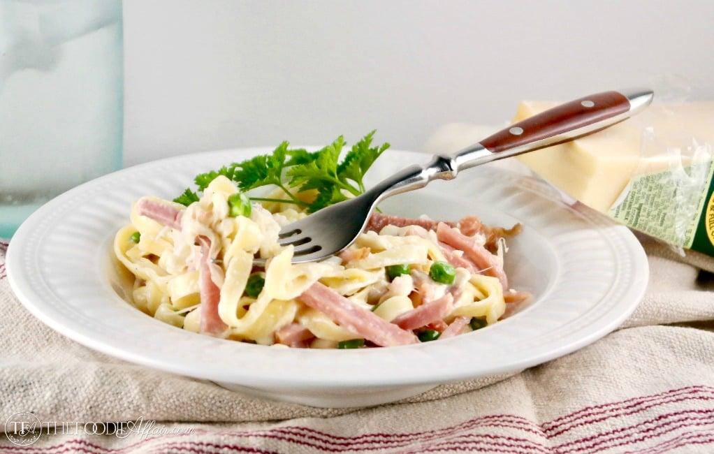 Fettuccini Alfredo with Ham & Peas is rich and creamy! A family favorite meal #fettuccini #alfredo #peas #ham | www.thefoodieaffair.com