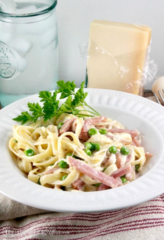 Fettuccini Alfredo with Ham & Peas is rich and creamy! A family favorite meal #fettuccini #alfredo #peas #ham | www.thefoodieaffair.com