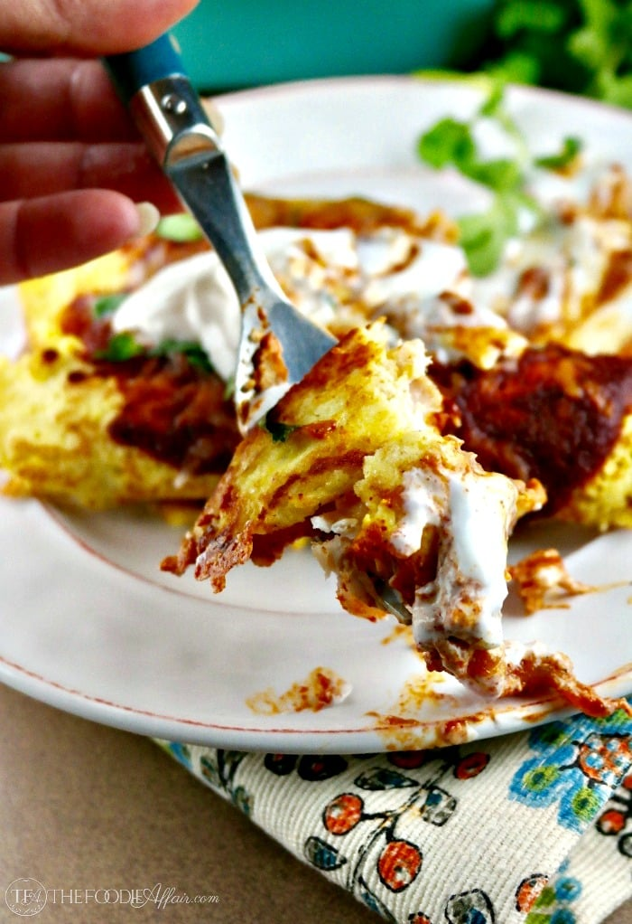 Low Carb Enchiladas with cheesy chicken filling #enchilada #chicken #lowcarb | www.thefoodieaffair.com
