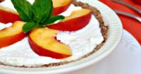 Low Carb No Bake Cream Pie topped with slices of fresh peaches. This grain free pie is only 5 carbs per serving! #keto #pie #cream | www.thefoodieaffair.com