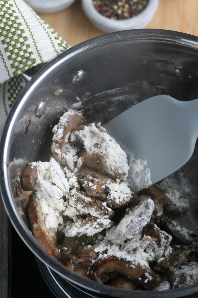 To make the mushroom sauce recipe you have to add the thickener, which we see happening in this step.