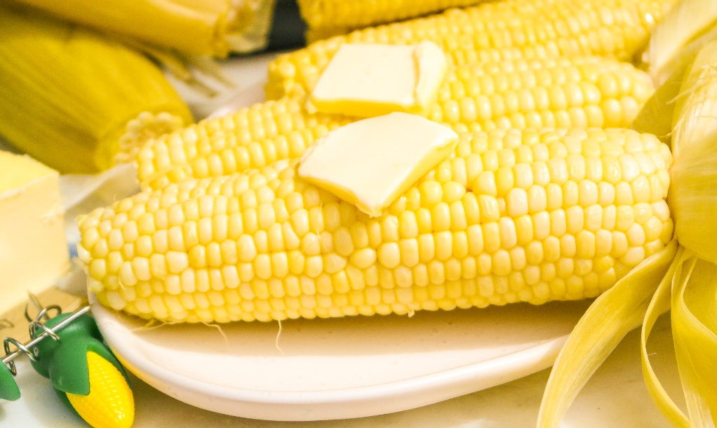 Fresh corn on a serving plate ready to eat.